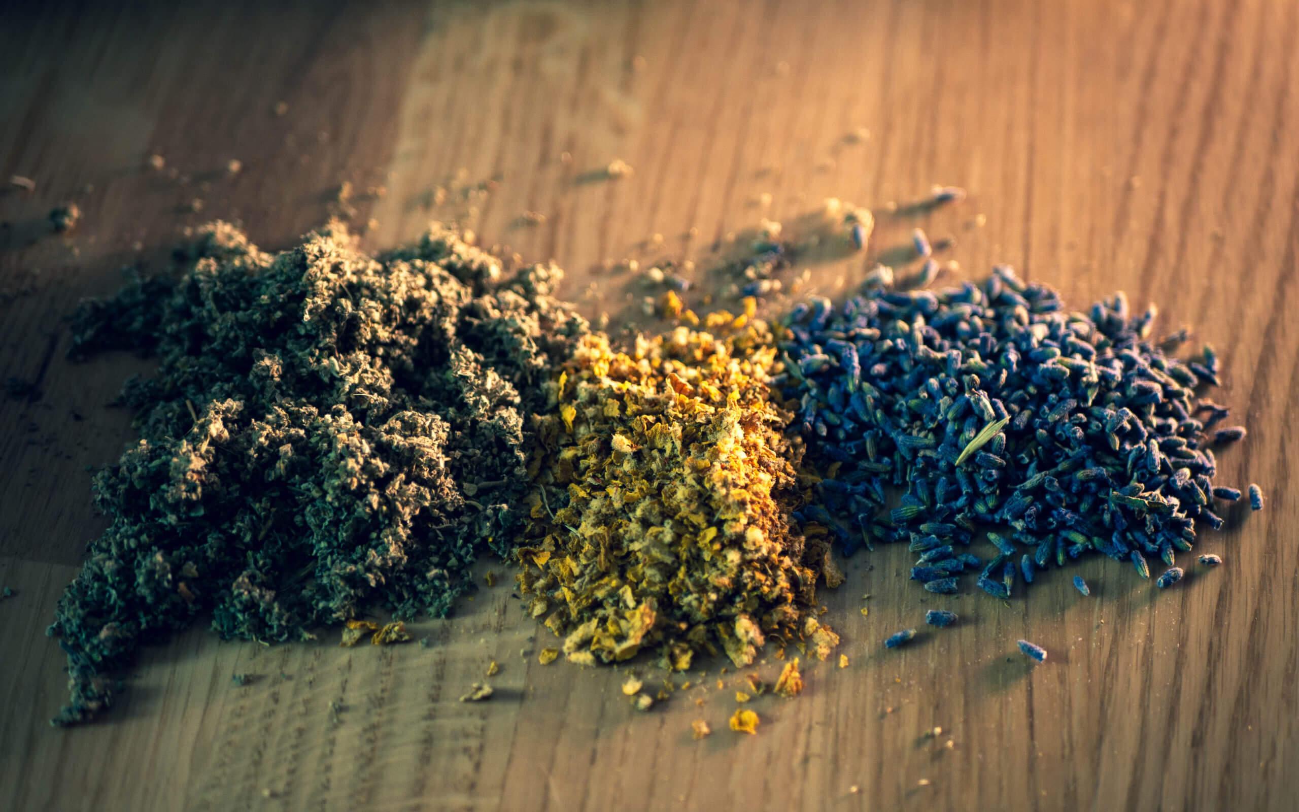 Getrocknete Kräuter zum Rauchen und Mischen mit Cannabis