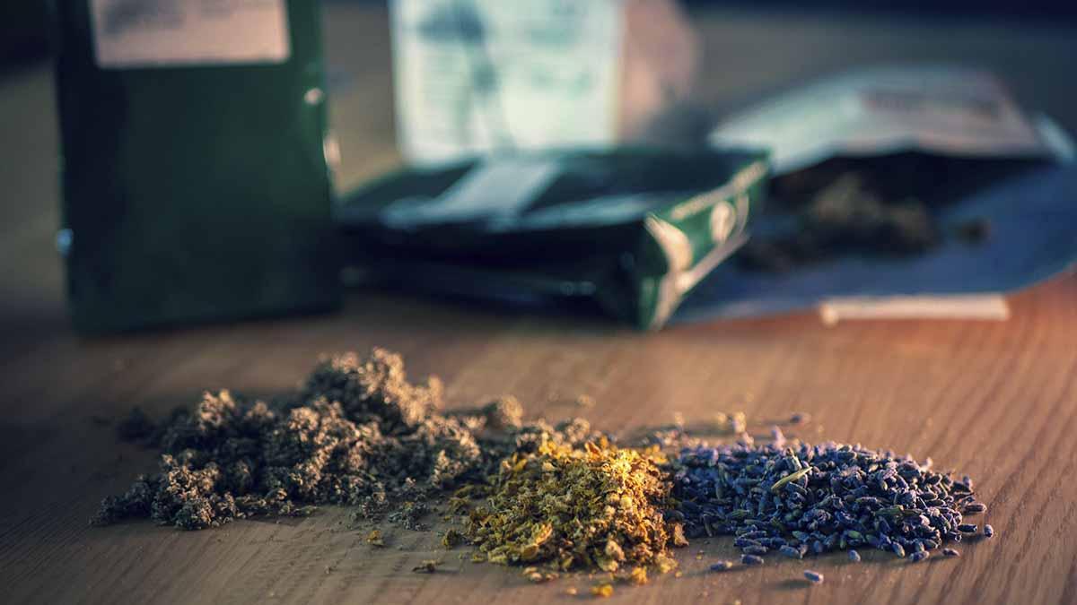 Verschiedene Kräuter zum Rauchen