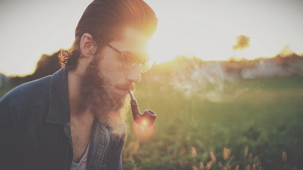 Mann raucht eine Pfeife