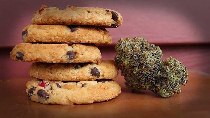 Kekse, daneben eine CBD Blüte