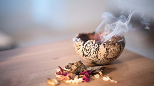 Rauch aus kleiner Schale mit Kräutern