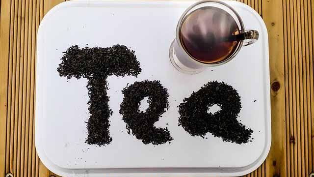 Teekräuter zum Wort Tea geformt