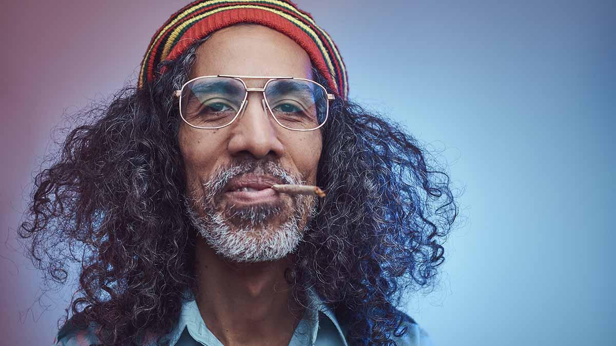 Rastafari raucht einen Dübel